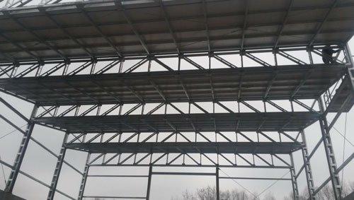 Delle strutture in ferro di un edificio in costruzione