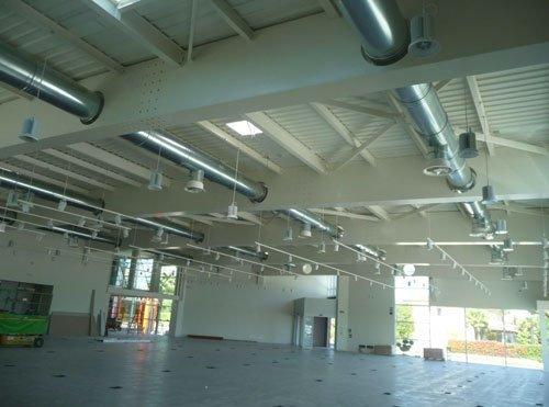 Interno di un capannone con dei  condotti in metallo sul soffitto
