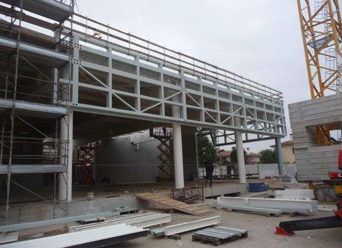 Un edificio in costruzione e del materiale
