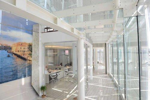 Interno di un edificio con strutture in ferro bianco e delle vetrate
