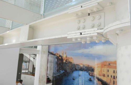 Un'immagine a muro raffigurante una cittadina e un canale con delle barche