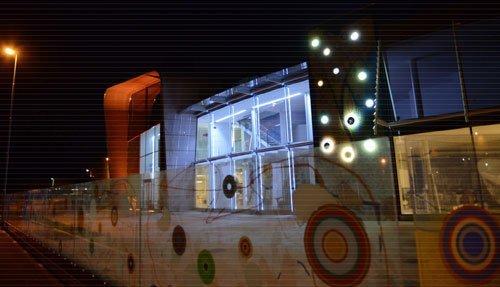 una recinzione con dei bersagli colorati disegnati e un edificio