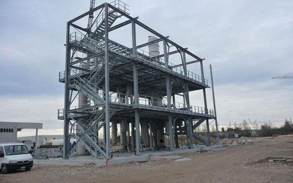 una struttura in ferro con delle scale