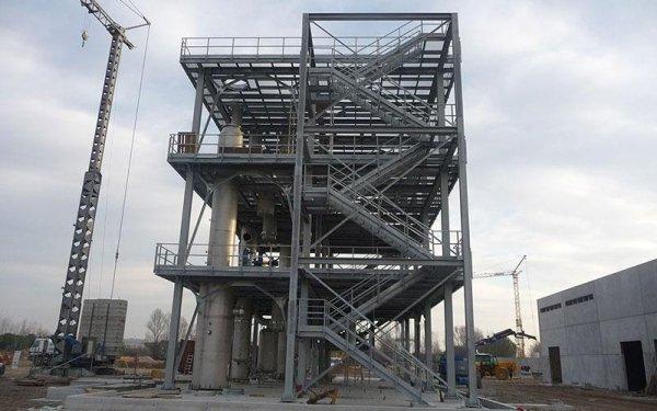Una struttura in ferro con delle scale e una gru