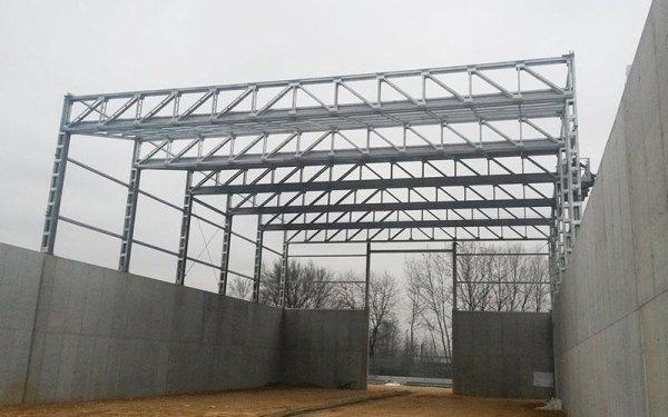 delle strutture in ferro di un edificio in fase di costruzione