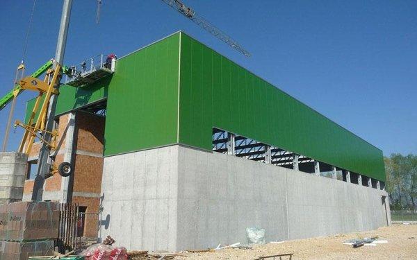Un edificio in fase di costruzione di color verde