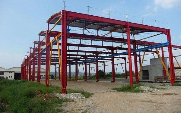 Delle strutture in ferro di colore rosso di un edificio in fase di costruzione