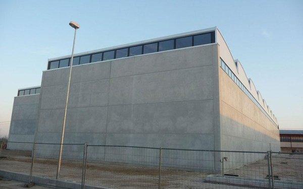 Un edificio attorniato da una recinzione