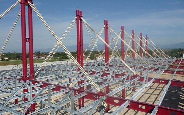 Delle strutture in ferro, dei pali e delle travi di un edificio in costruzione