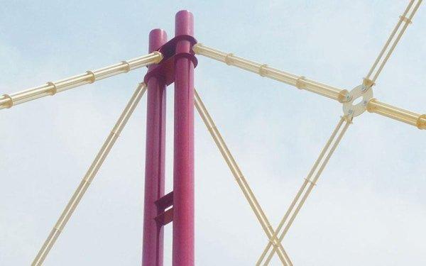 Due pali rossi a cui si congiungono altre strutture in ferro di color giallo