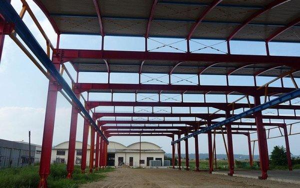 Una struttura in ferro di colore rosso con una copertura in un edificio in fase di costruzione