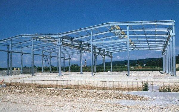Una struttura in ferro di un edificio in fase di costruzione