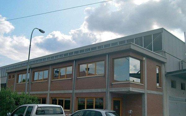 Un edificio fatto di mattoni a vista e di color grigio