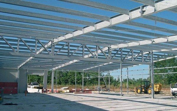 Una struttura in ferro di un edificio in fase di costruzione e un mezzo da lavoro