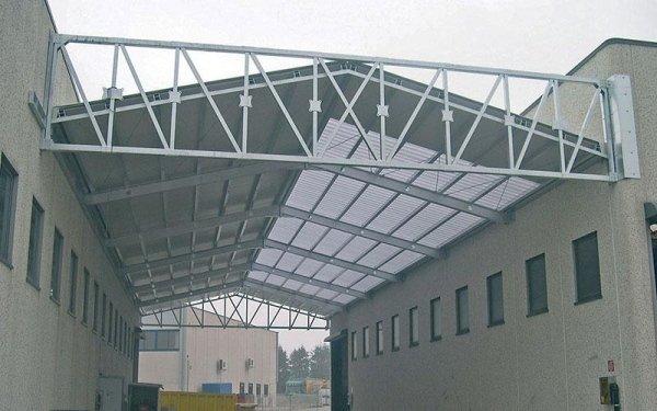 Un tetto con delle strutture in ferro che congiunge due edifici