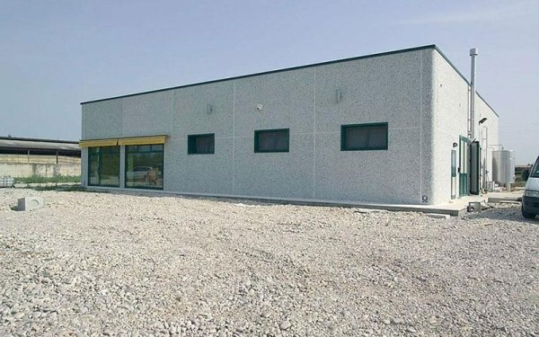 Un edificio industriale di color grigio
