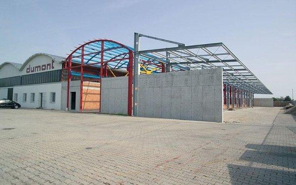 Un edificio industriale con scritto dumont