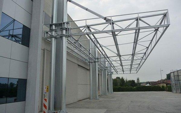 Una struttura in ferro che funge da tettoia non ancora ultimata