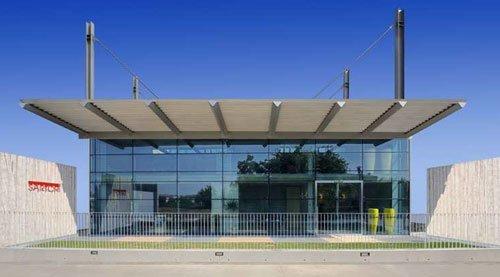 Un edificio in vetro con una tettoia
