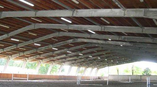 Delle travi in ferro che reggono un tetto di un edificio in fase di costruzione