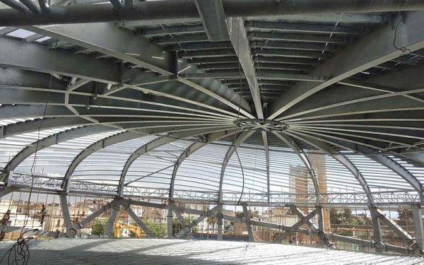 Delle strutture in ferro curve di un edificio in fase di costruzione