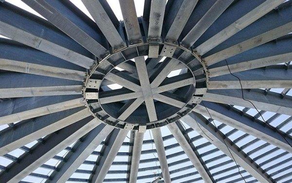 Delle strutture in ferro curve che si congiungono
