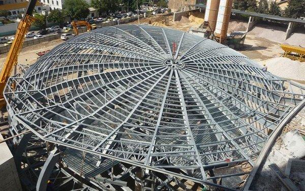 Vista dall'alto delle strutture in ferro curve  a rete di un edificio in fase di costruzione