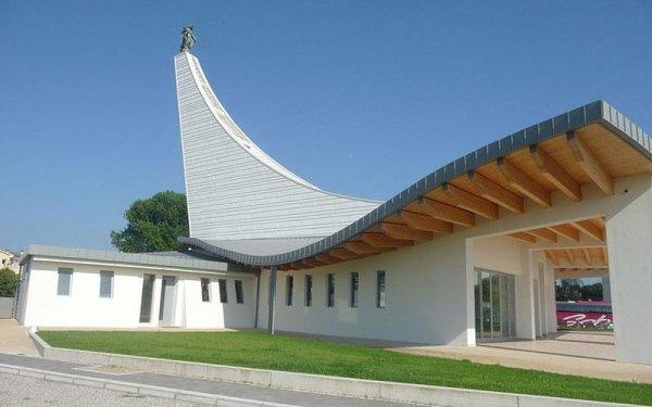 Un edificio moderno con una tettoia in legno