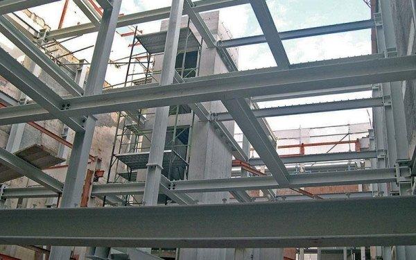 Delle travi in ferro e delle impalcature in un edificio in fase di costruzione