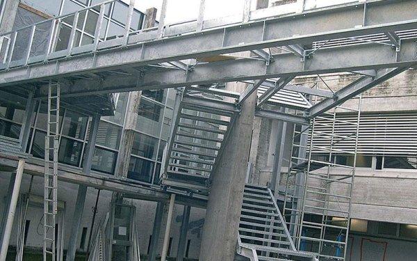 Un edificio in fase di costruzione con vista di scale e travi in ferro