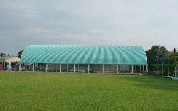 Un edificio in fase di costruzione un tetto curvo azzurro