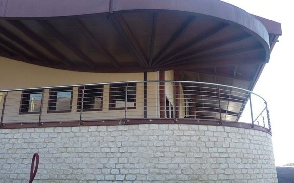 La ringhiera in ferro di una balconata di un edificio