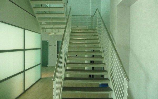 Una scalinata in ferro