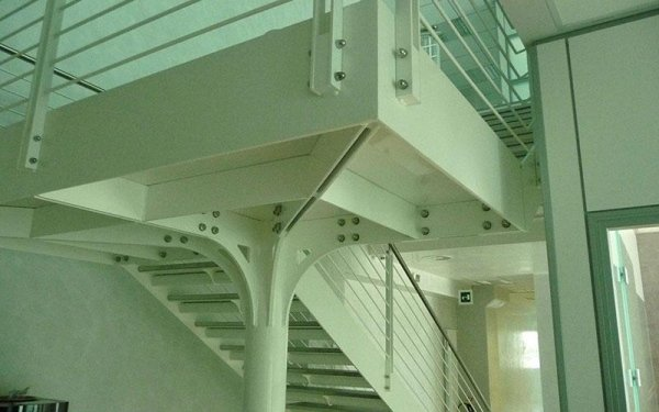 Una colonna in ferro con una struttura che regge delle scale