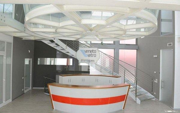 Un bancone bianco e arancione e un'insegna all'interno di un edificio con scritto Veneto vetro