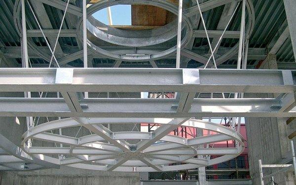 Delle travi in ferro con una struttura all'interno di un edificio