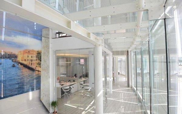 Interno di un edificio con strutture in ferro bianco e delle vetra