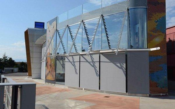 Un edificio con delle vetrate azzurre