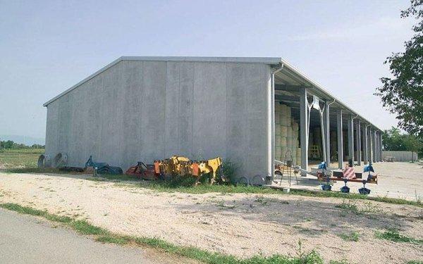 Vista di un edificio sorretto da delle travi