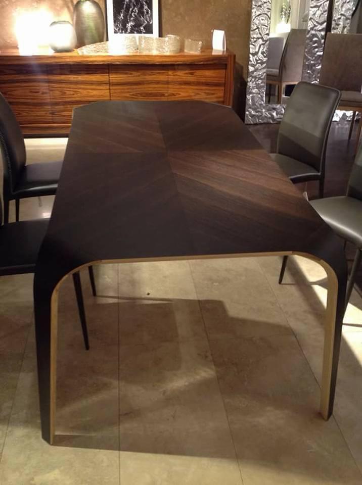 bancone in legno con tavolo e sedie
