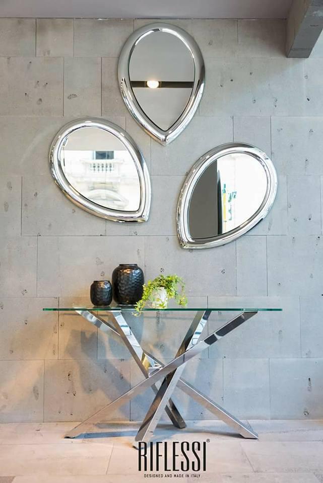 vista di tavolo in vetro con specchi