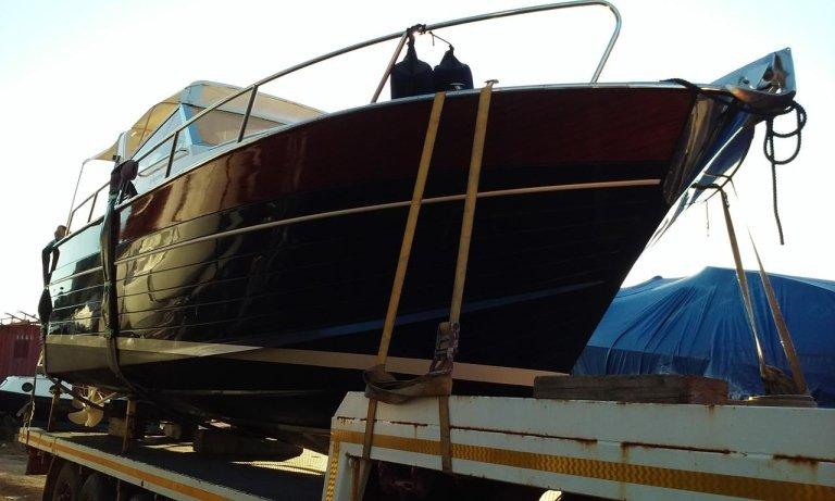 Barca su un rimorchio