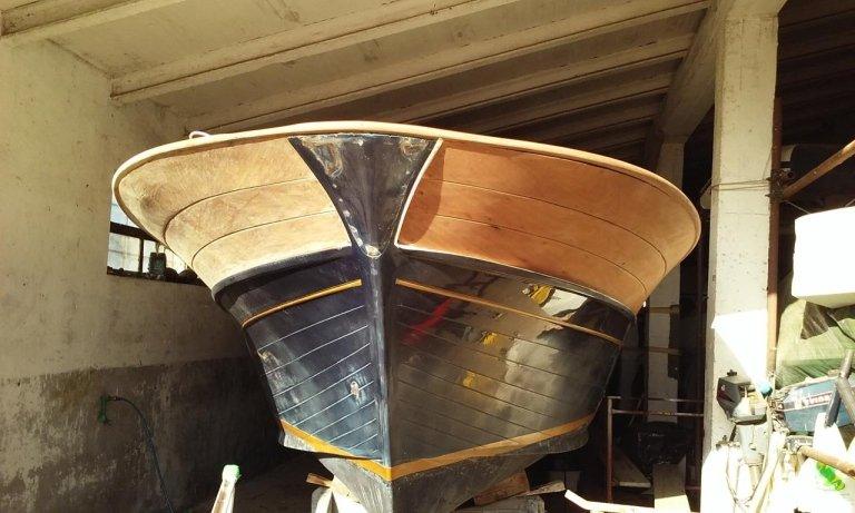 Barca di legno nel cantiere navale