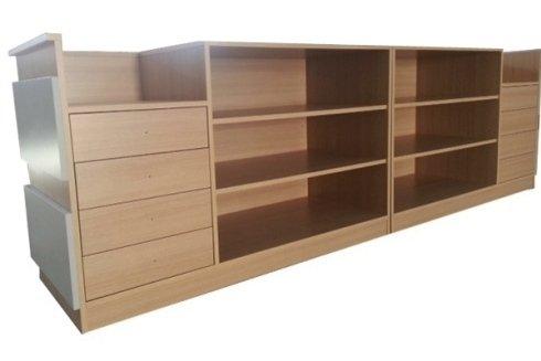 Retro del bancone in legno di rovere composto da due cassettiere con vani vetrina e da vani a giorno.