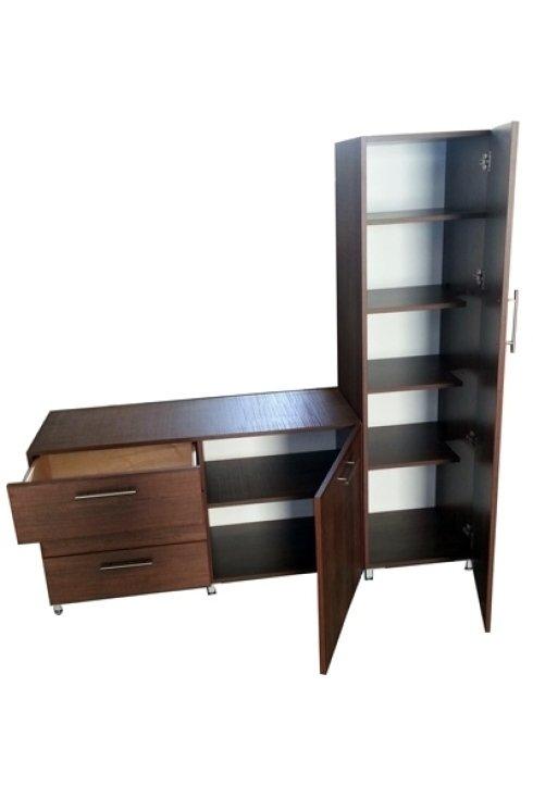 Particolare degli spazi interni del mobile in legno con cassetti.