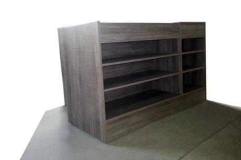 Un altro arredo, in stile moderno, prodotto utilizzando legno naturale trattato superficialmente.