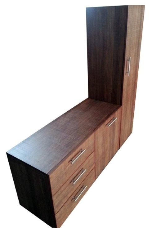 Un mobile in legno, stile moderno, dotato di cassettiera e ripiani con colonna verticale.