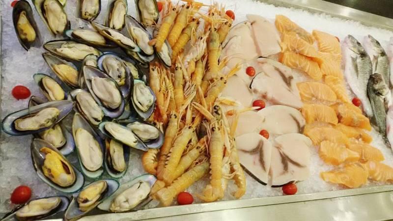 Piatto italiano con le cozze e gamberoni a Palermo