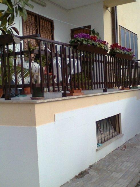 Ringhiera in alluminio per balcone colore marrone con fioriere