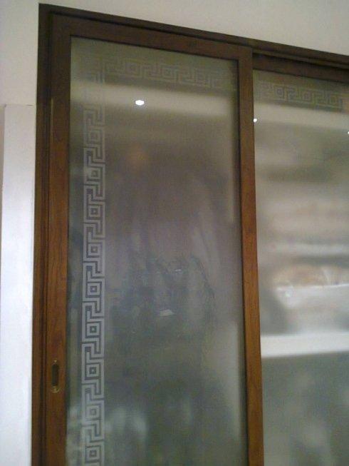 Armadio in alluminio effetto legno a due ante scorrevoli con vetri sabbiati
